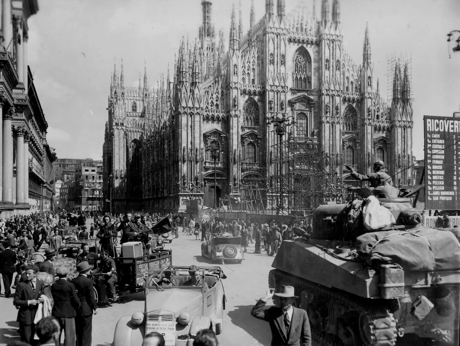 1st_armored_division_M4_sherman_in_piazza_del_duoma_Milan_Italy_1945