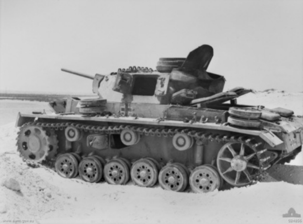 Knocked_out_Panzer_III_at_El_Alamein_1942