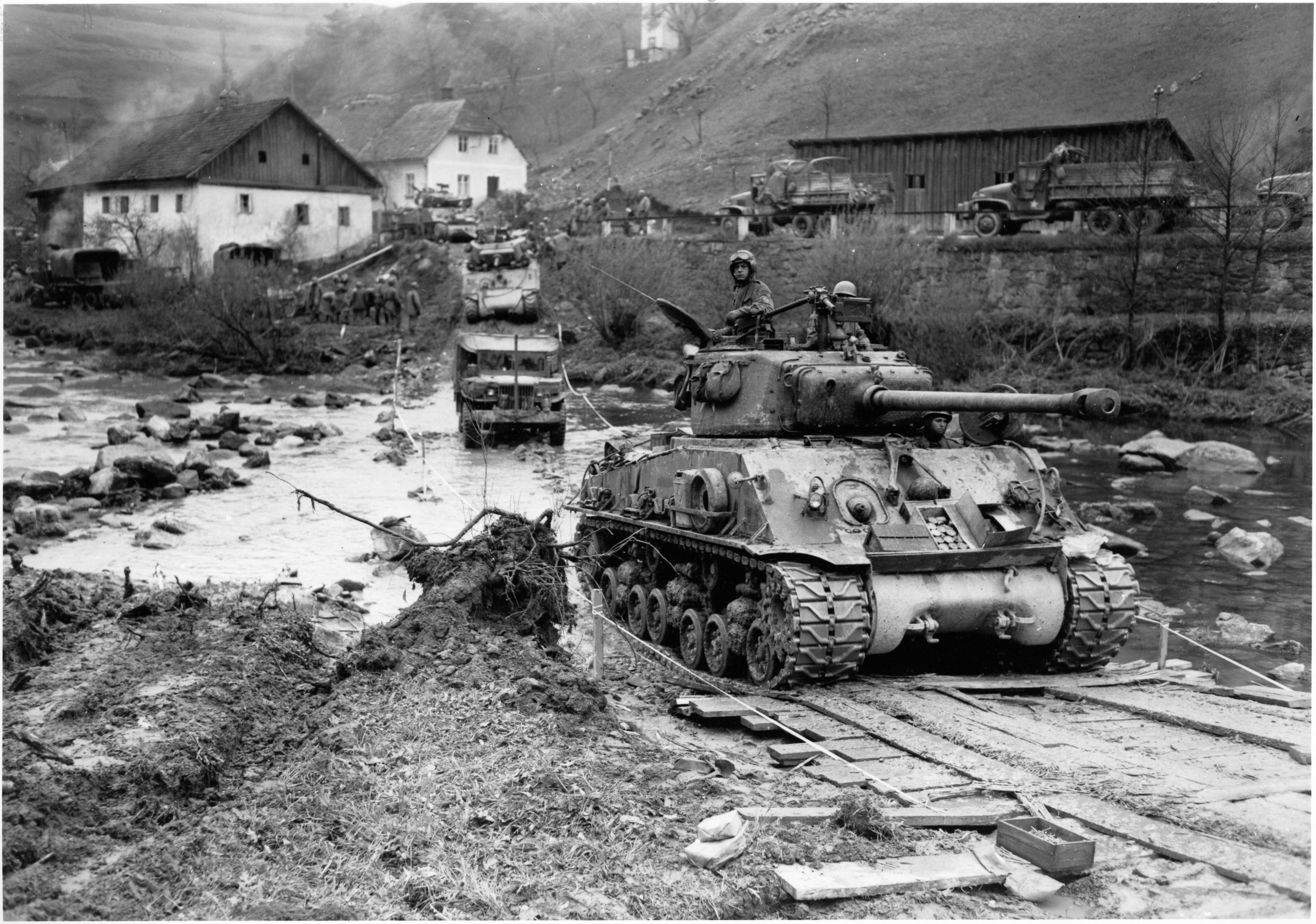 Einheiten_der_11_US-Panzerdivision_ueberqueren_Muehl_