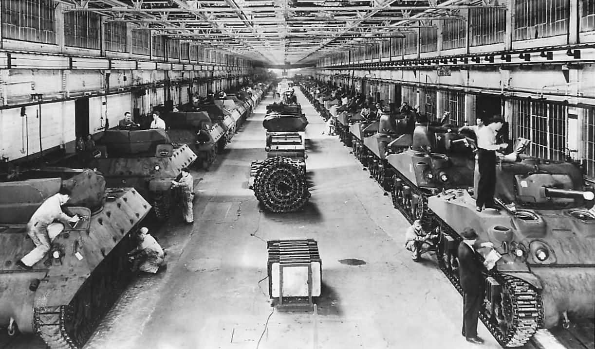 M10_And_M4_Tanks_On_Production_Line_At_Ford_Plant_1943