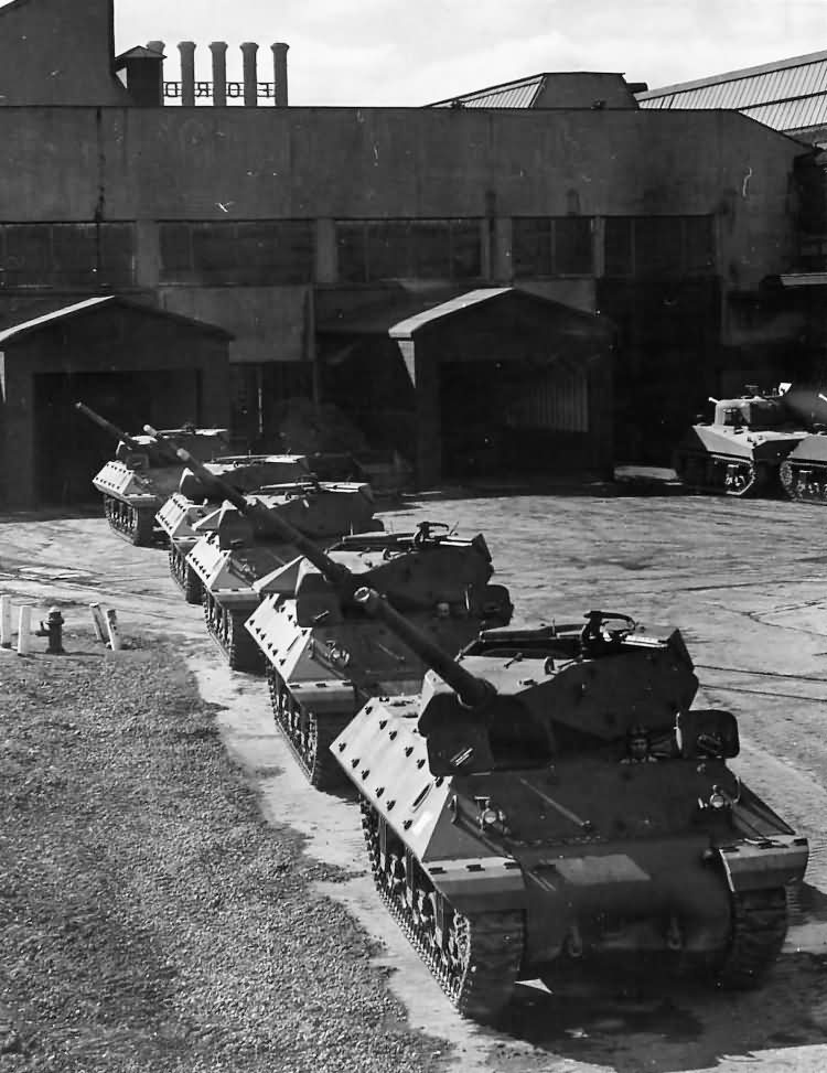 M10_Tank_Destroyers_At_Ford_Plant_In_Detroit_1943