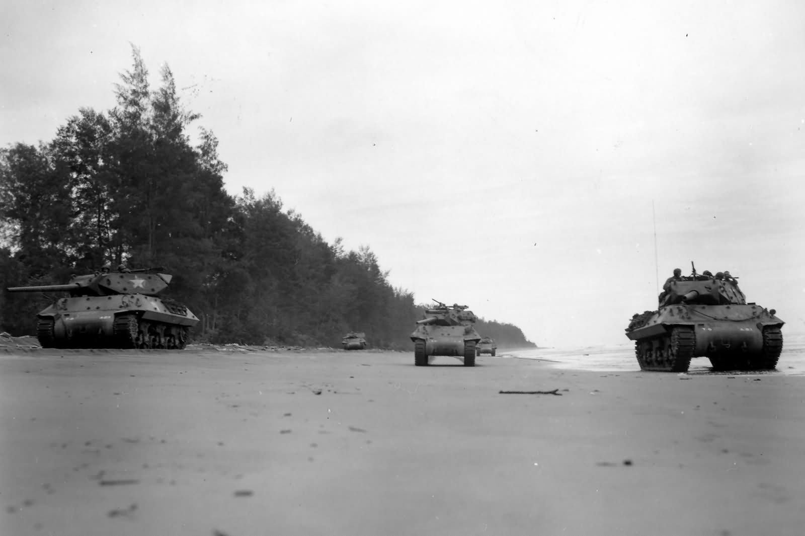 M10_Wolverine_32nd_Infantry_Division_Tank_Destroyers_At_Aitape_New_Guinea_1944