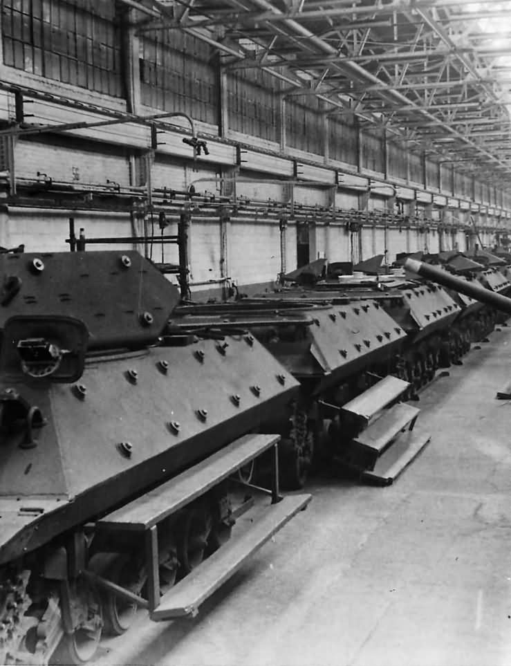 M10_Wolverine_Tank_Destroyers_On_Production_Line_At_Ford_Plant_1943