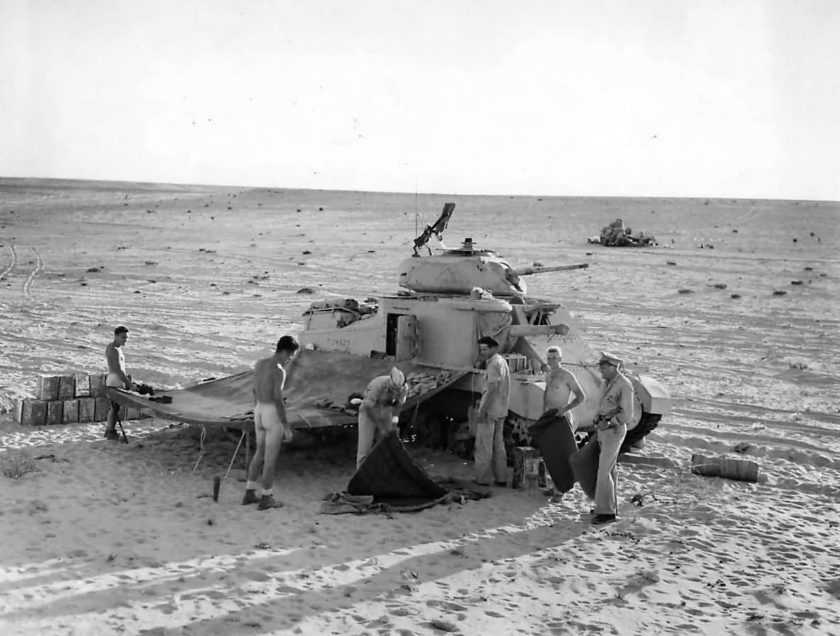 M3_Grant_Tank_Crews_Set_Up_for_the_Night_in_Egyptain_Desert_1942