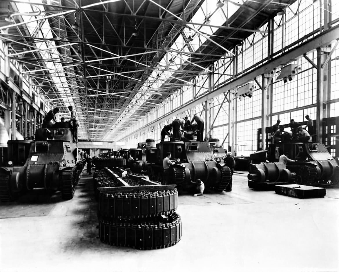 M3_Lee_Tanks_On_Assembly_Line_at_Chrysler_Plant_in_Detroit-3