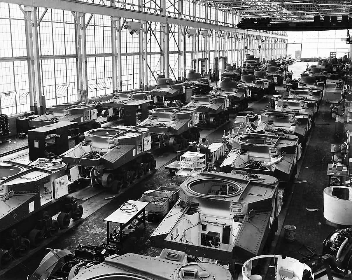 M3_Lee_tanks_on_assembly_line_at_the_Chrysler_Corporations_Tank_Arsenal_in_Detroit_1941-2