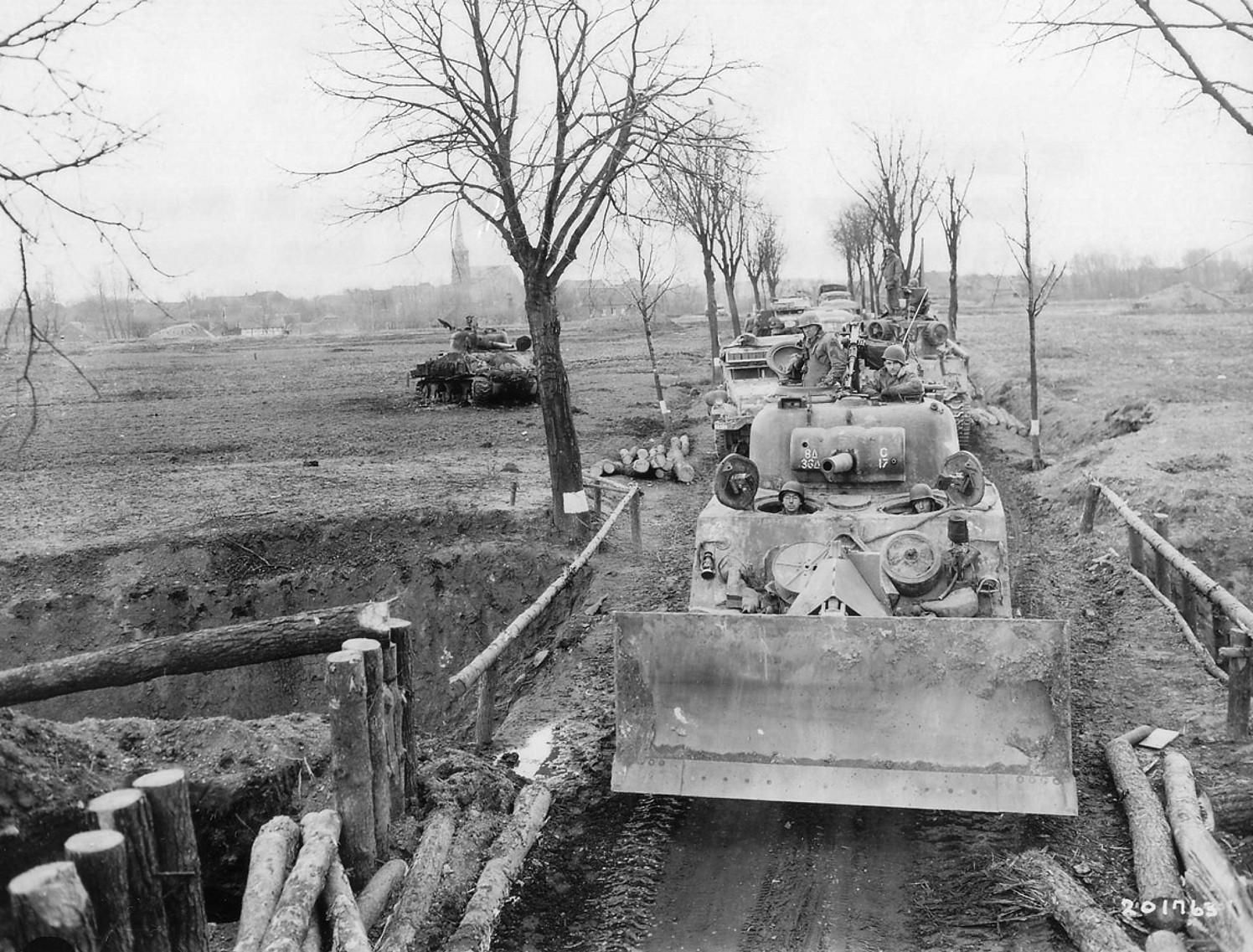 M4Sherman_M1dozerblade_1945