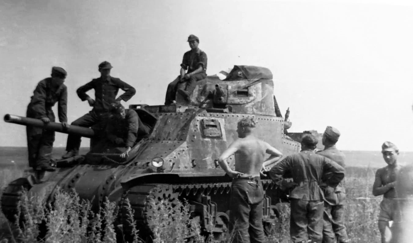 Soviet_Lend-Lease_M3_Lee_Grant_And_German_Soldiers-2