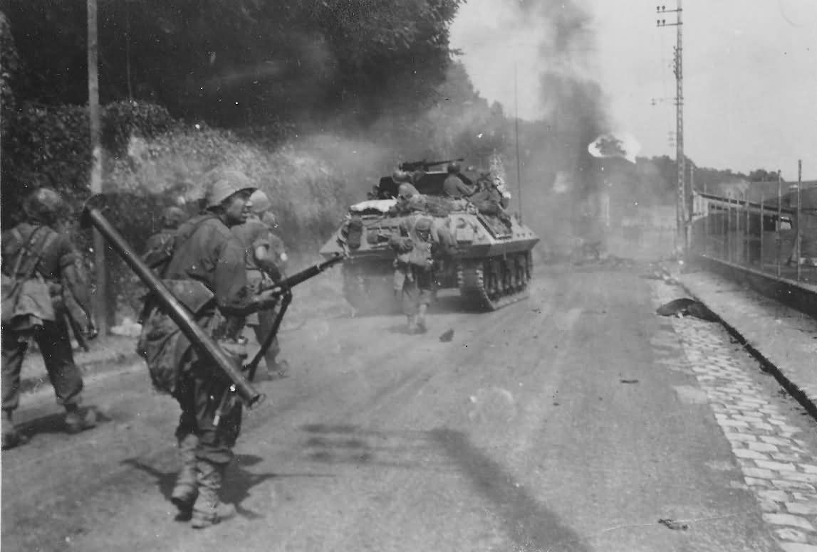 Us_Tank_Destroyer_M10_GI_With_Bazooka_Fontainebleau_France_23_August_1944